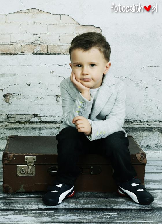 zdjęcia dzieci na starej walizce