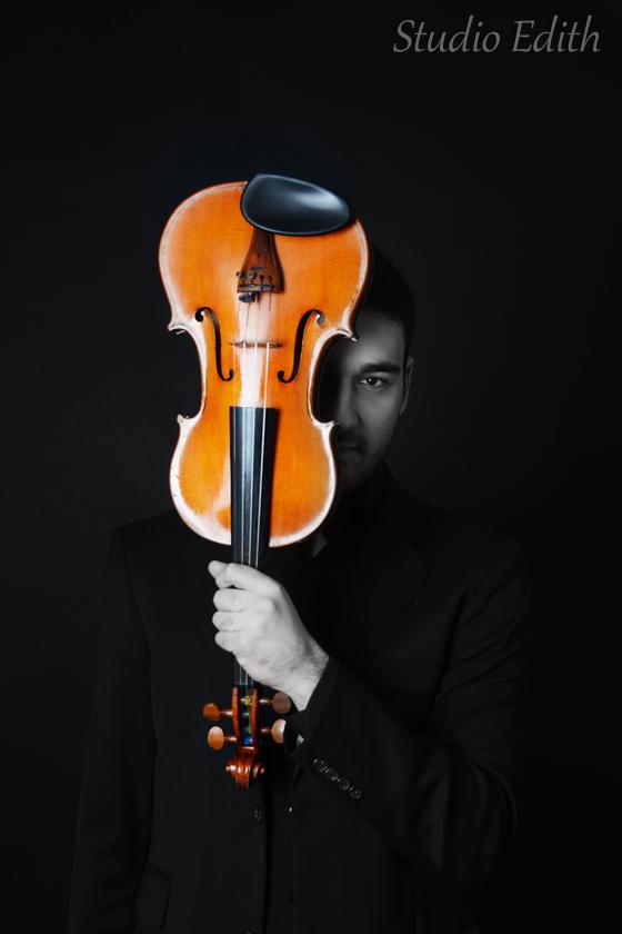 mężczyzna i skrzypce foto